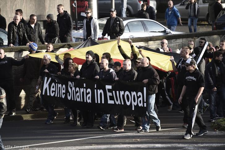 Iszlám ellenes neonáci tüntetés Kölnben, 2014 októberében.