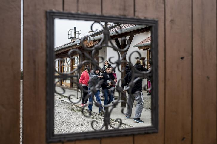 Óraközi szünet az alsószentmártoni A Tan Kapuja Buddhista Gimnázium udvarán