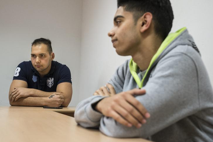 Az előtérben Dani, mellette osztálytársa: Márk. Dani informatikus, Márk rendőr szeretne lenni. A TEK kötelékébe szeretne bekerülni.