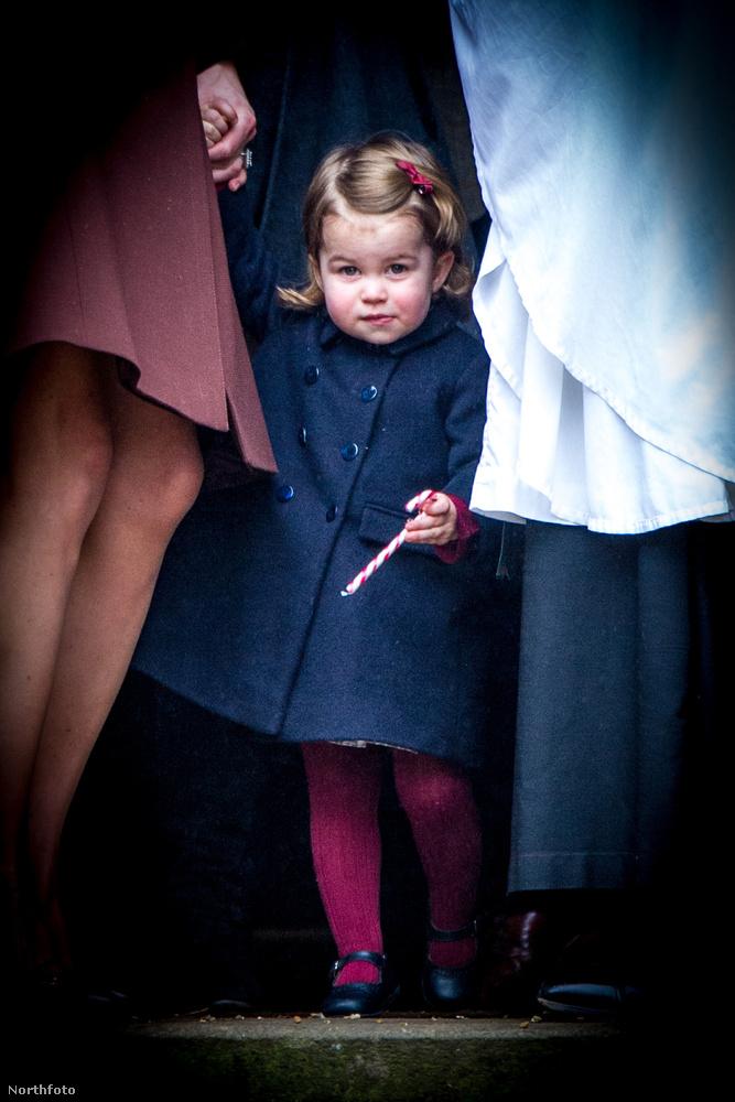 Ezt abból gondoljuk, hogy a mise végeztével a kis Charlotte kapott egy nyalókát.