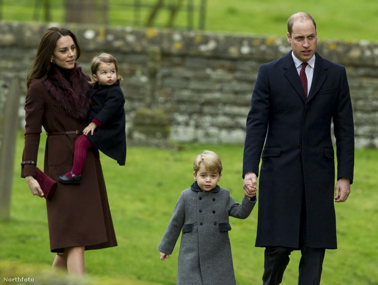 Hogy az ajándékozás és az ünnepi evés-ivás miként zajlott, arról nincsenek fotók, de arról igen, hogy 25-én reggel az egész család (nem csak Katalinék, hanem mindenki más, Harry herceg, Pippa Middleton és még sorolhatnánk) elment misére.