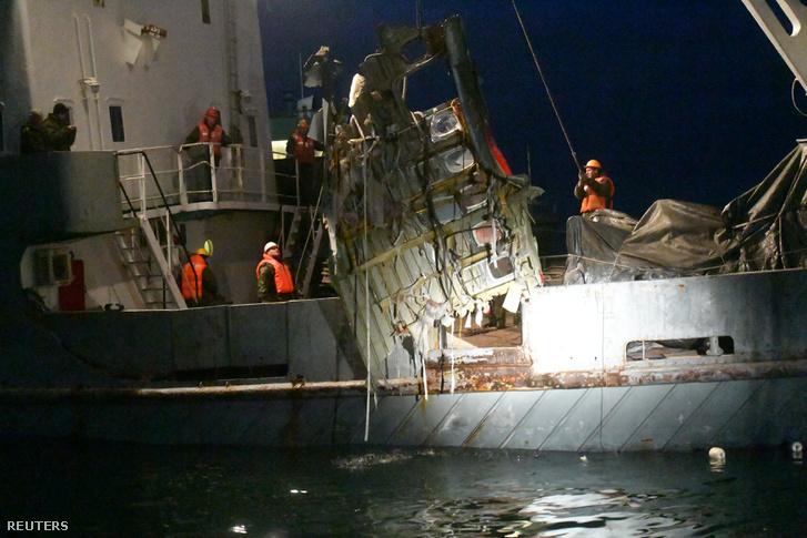 A lezuhant gép egy darabját emelik ki a Fekete-tengerből Szocsi partjainál