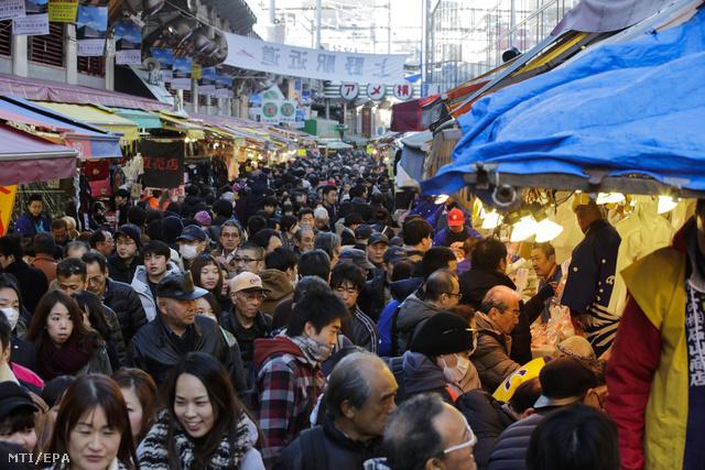 Hömpölyög a tömeg Tokió utcáin