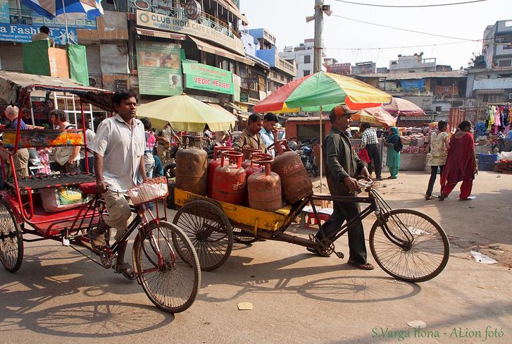 Paharganj - Delhi, pontosabban New-Delhi egyik legforgalmasabb tere. Jár itt motor, riksa, bicikli, ló, tehén, autó és tengernyi gyalogos. Árusok minden szegletben és a tér közepén. Körben boltok, éttermecskék, ételillat és némi szmog lengi be a teret. Színorgia és hangzavar, fantasztikus női ruhák és motorokon száguldó családok (néha öt-hat személy egy járművön) jellemzik a Main Bazaar főterét.