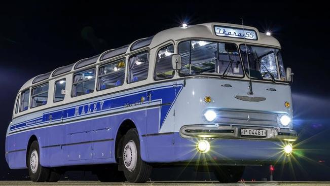 Régi reptéri buszok konvoja vonul végig Budapesten