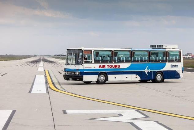 Ikarus 250 Malév Air Tours - Ez a luxus autóbusz a 80-as években is egyedülálló, nyugati színvonalat képviselt a budapesti utcákon. A repülőtéren nap mint nap látható járművet Polgáron restaurálták néhány évvel ezelőtt