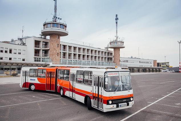 Ikarus 280 - A típus számos példánya szintén a ferihegyi repülőtéren teljesített szolgálatot évtizedeken át. Mivel az utolsó eredeti járművet nem sikerült megmenteni, ez a példány replikaként készült el. A ráncajtós, rendkívül jó fordulóképességgel rendelkező csuklós piros-narancs Malév-festést kapott.