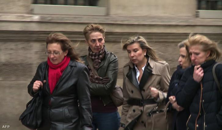 Sauvage négy lánya, középen a nő ügyvédjével, 2016. január 31-én.