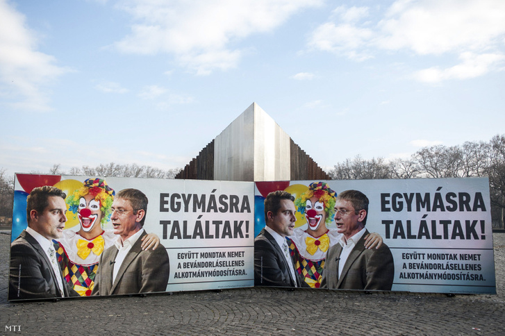 A Civil Összefogás Fórum (CÖF) plakátja a budapesti Ötvenhatosok terén
