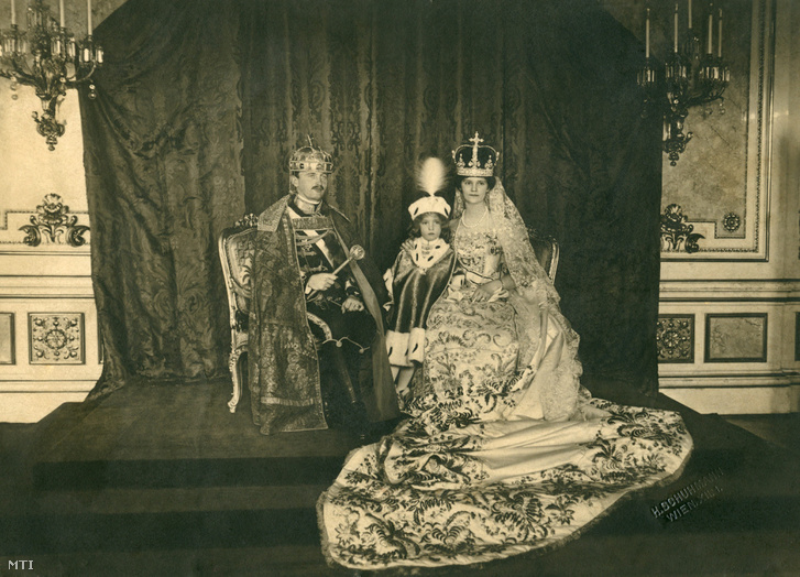 IV. Károly, Zita királyné és Habsburg Ottó a koronázási ceremónia után