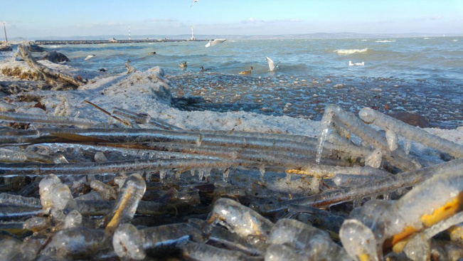 Gyönyörű jéghullámokat fotóztak a Balatonnál