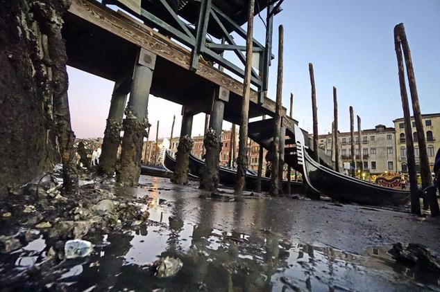 Az alacsony vízállás miatt iszapban megfeneklett gondolák a velencei Canal Grandén