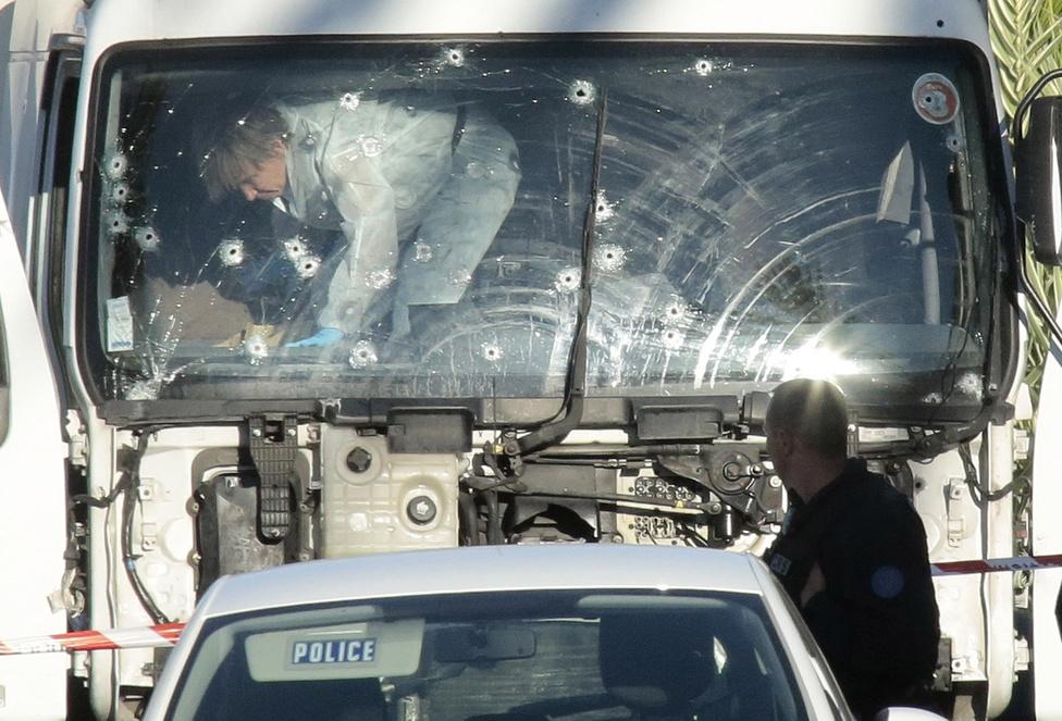 Helyszínelők dolgoznak a kisteherautón, amivel 84 embert ölt meg a franciaországi merénylő a Nizzai parti sétányon.A július 14-i nemzeti ünnep alkalmából rendezett tűzijáték miatt volt több tízezer ember a nizzai tengerparton, amikor egy terrorista teherautójával a tömegbe hajtott a parti sétányon. Rá is lőtt a menekülő emberekre, mielőtt a rendőrök megállították és lelőtték. 84-en meghaltak, 300-an megsebesültek az Iszlám Állam által vállalt merényletben. François Hollande francia elnök pont aznap jelentette be a szükségállapot tervezett feloldását, amit így azonban újra meghosszabbítottak. Karácsony előtt néhány nappal Berlinben követett el terrortámadást egy merénylő, aki megölt egy lengyel sofőrt, és a kamionjával egy karácsonyi vásárba hajtott. 60-80 méteren át gázolt át a bódékon és embereken, amikor hirtelen balra kanyarodott el. Így is 12-en meghaltak, 53-an megsebesültek. A támadót néhány nappal később Milánó közelében járőröző rendőrök lőtték le.