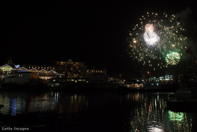 Cape Town: tűzijáték az öbölben, a víz felett