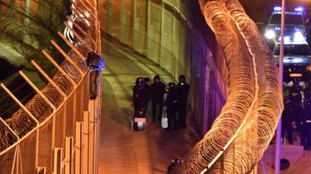 Ezer menekült rohamozta meg a ceutai határkerítést, ketten jutottak át
