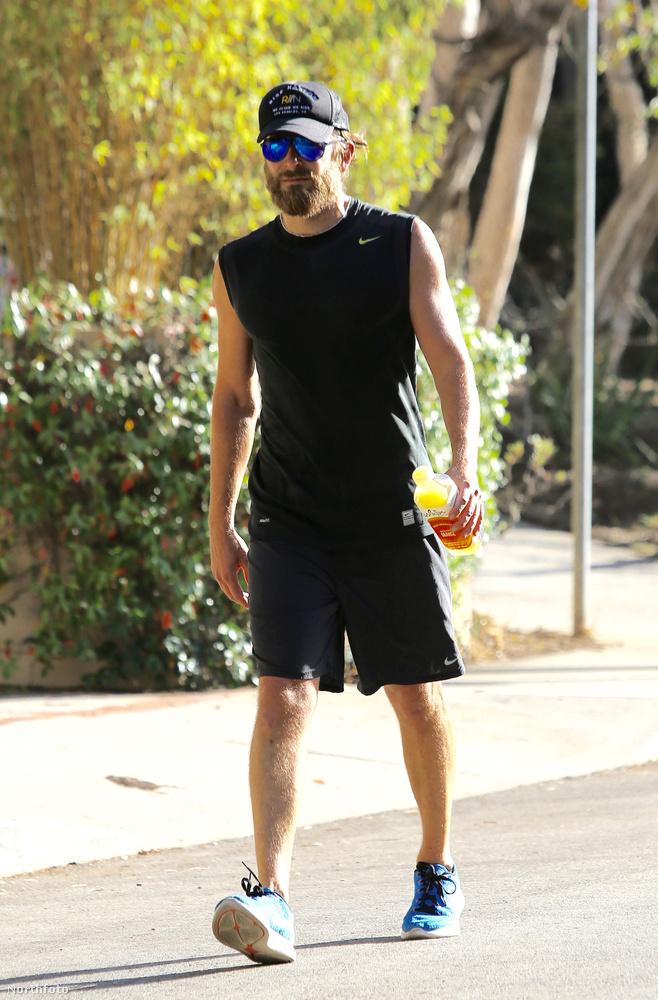 A Just Jared is négy hírt ajánl Bradley Cooperrel kapcsolatban, hogy futott, biciklizett, edzeni ment és megint futott egyet.