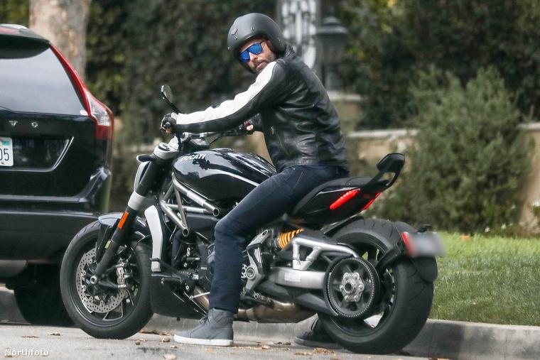 Csak felpattan a fekete Ducati XDiavel típusú motorjára, hogy meglátogassa egy barátját.