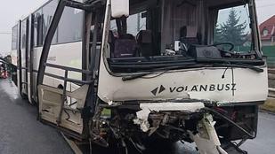 A roncs alapján nehéz megmondani, milyen autó karambolozott ezzel a busszal
