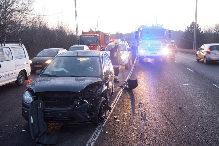 December 3-án reggel az Egér úton három autó csúszott egymásba. A tűzoltók homokkal szórták fel a jeges úttestet.