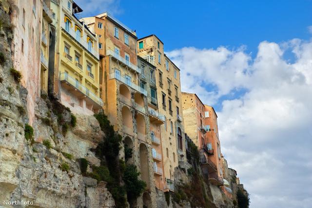 Tropea sziklaszirtre épült házai