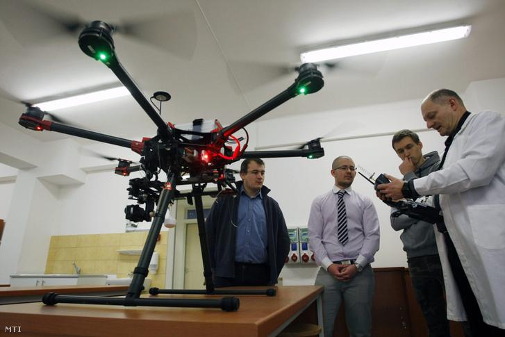 Drón működését mutatják a hallgatóknak a Szolnoki Fõiskola mûszaki képzésén