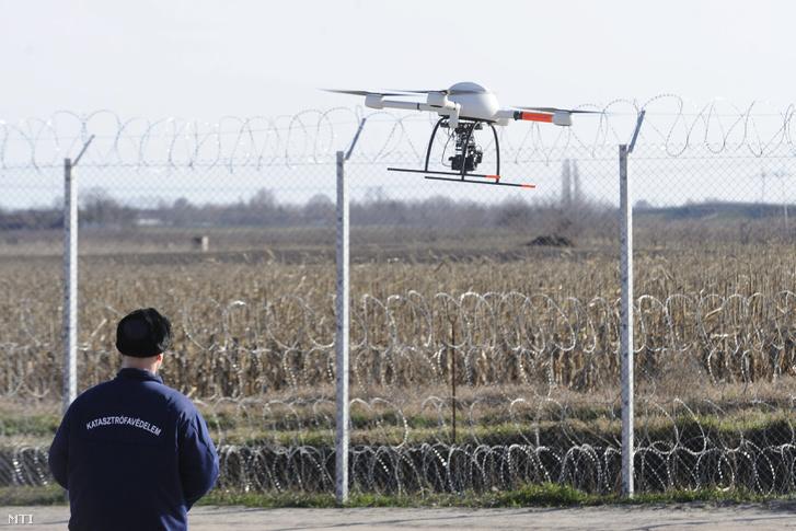 A katasztrófavédelem munkatársa irányít egy a vajdasági oldalon tartózkodó migránsokat megfigyelõ drónt a magyar-szerb határon felállított ideiglenes határzárnál 2016. februárban