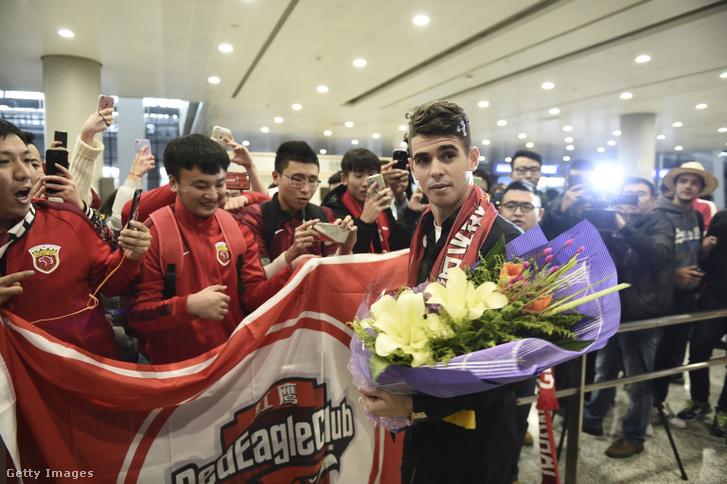 Rajongók köszöntik a friss igazolást, Oscart, a shanghaji repülőtéren