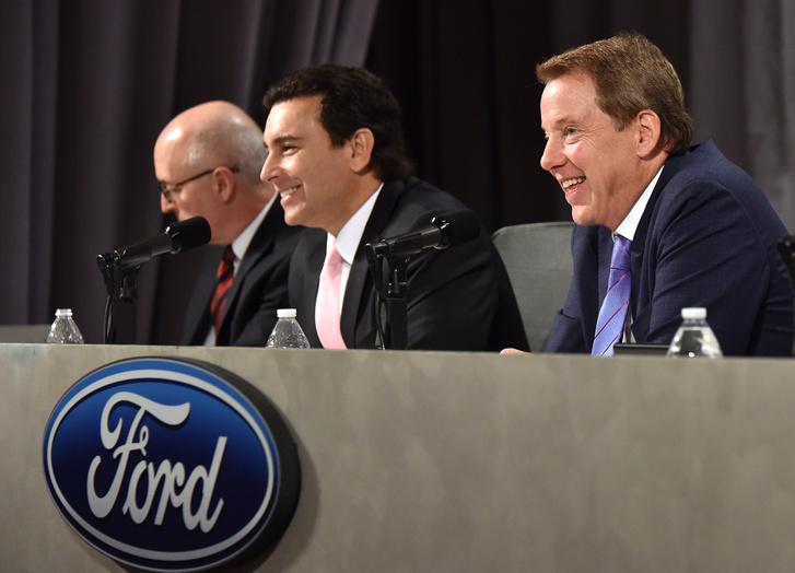 Mark Fields (középen) és Bill Ford (jobbra) a Ford Motor Company rendes éves közgyűlésén