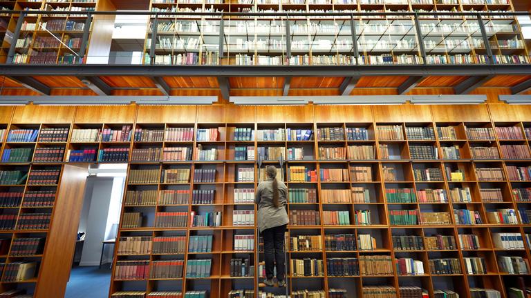 Olvasót hamisított két könyvtáros