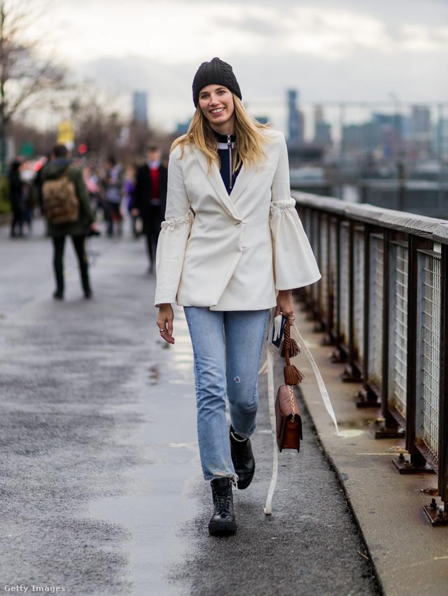Farmerrel és hétköznapias sapkával is jól mutat a tölcsér ujjú fehér kabát.