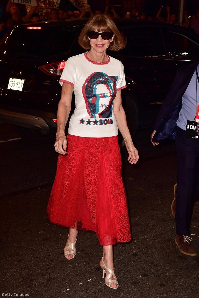 Anna Wintourt 2016 októberében kapták lencsevégre Hillary Clintonos pólóban New Yorkban.