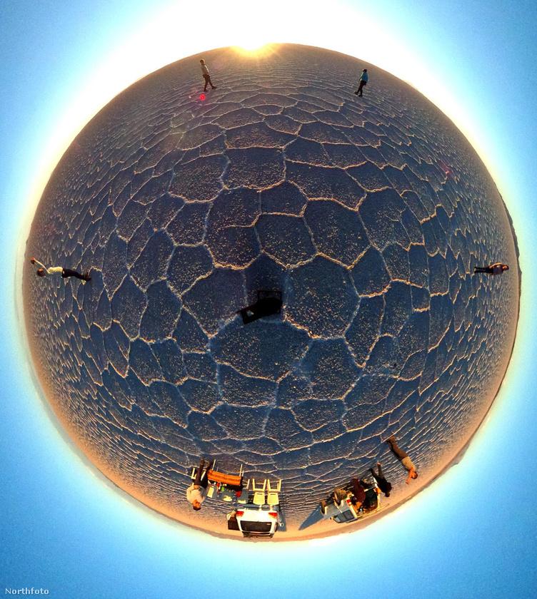 A fotón a világ legnagyobb sósivataga, Salar de Uyuni látható, Bolíviában.