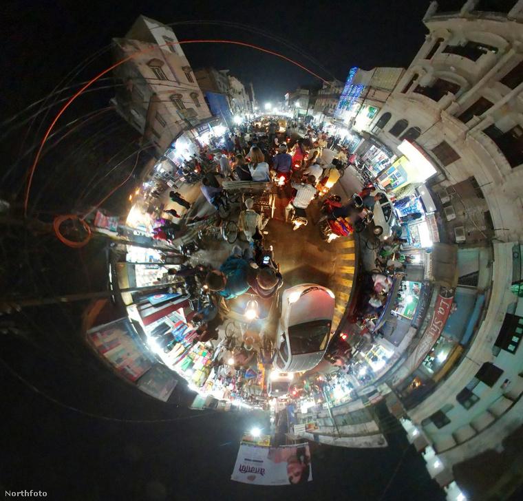 Ez a kép az indiai csúcsforgalomban készült, az ország egyik legnagyobb városában, Váránasziban