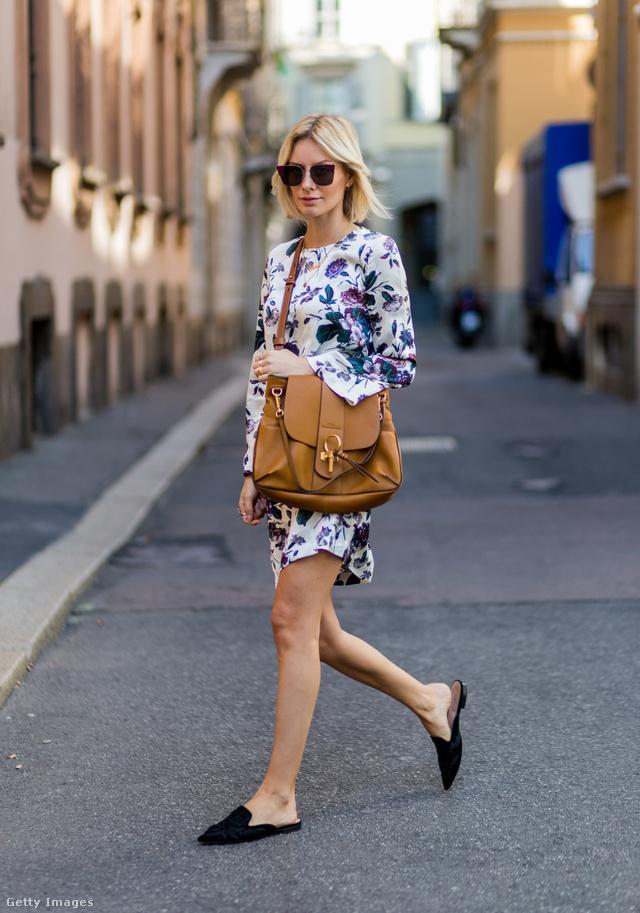Lisa Hahnbueck a milánói divathéten bukkant fel Alberta Ferretti papucs cipőben.