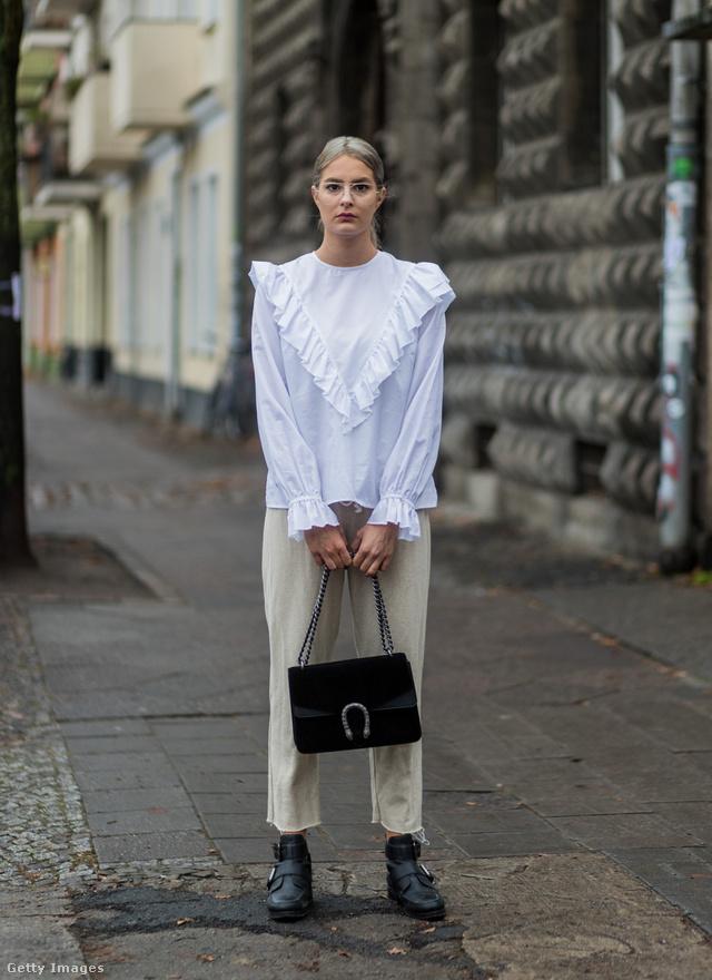 Daniela Breithaupt a Pull & Bearben szerezte be a fehér fodros blúzt, amit bézs pantallóval kombinált Berlinben.