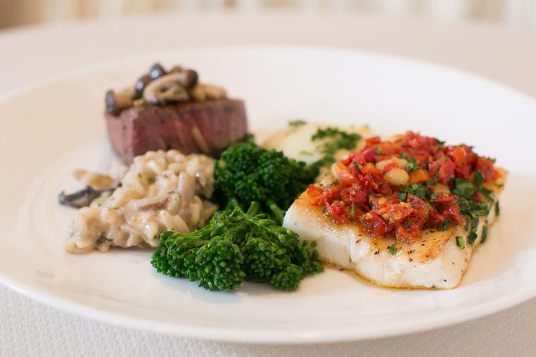 A fő fogás filet mignon, ami az Eonline szerint pontosan 272 kiló steaket jelent