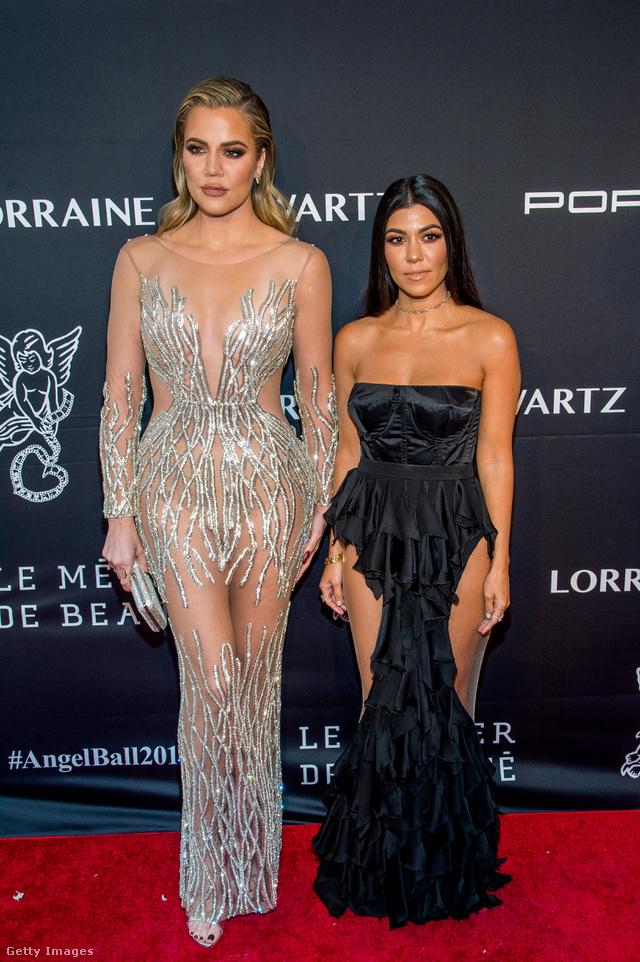 Khloe Kardashian és Kourtney Kardashian az Angel Ball gálán. Khloe Kardashianon egyébként egész jól mutatott a Yousef Al-Jasmi által tervezett csillogó pucérruha.
