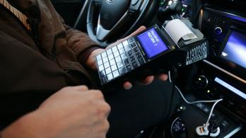 Íme a taxisok új rémálma, az online pénztárgép