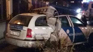 Karambol miatt dőlt villanyoszlop egy rendőrautóra Budapesten