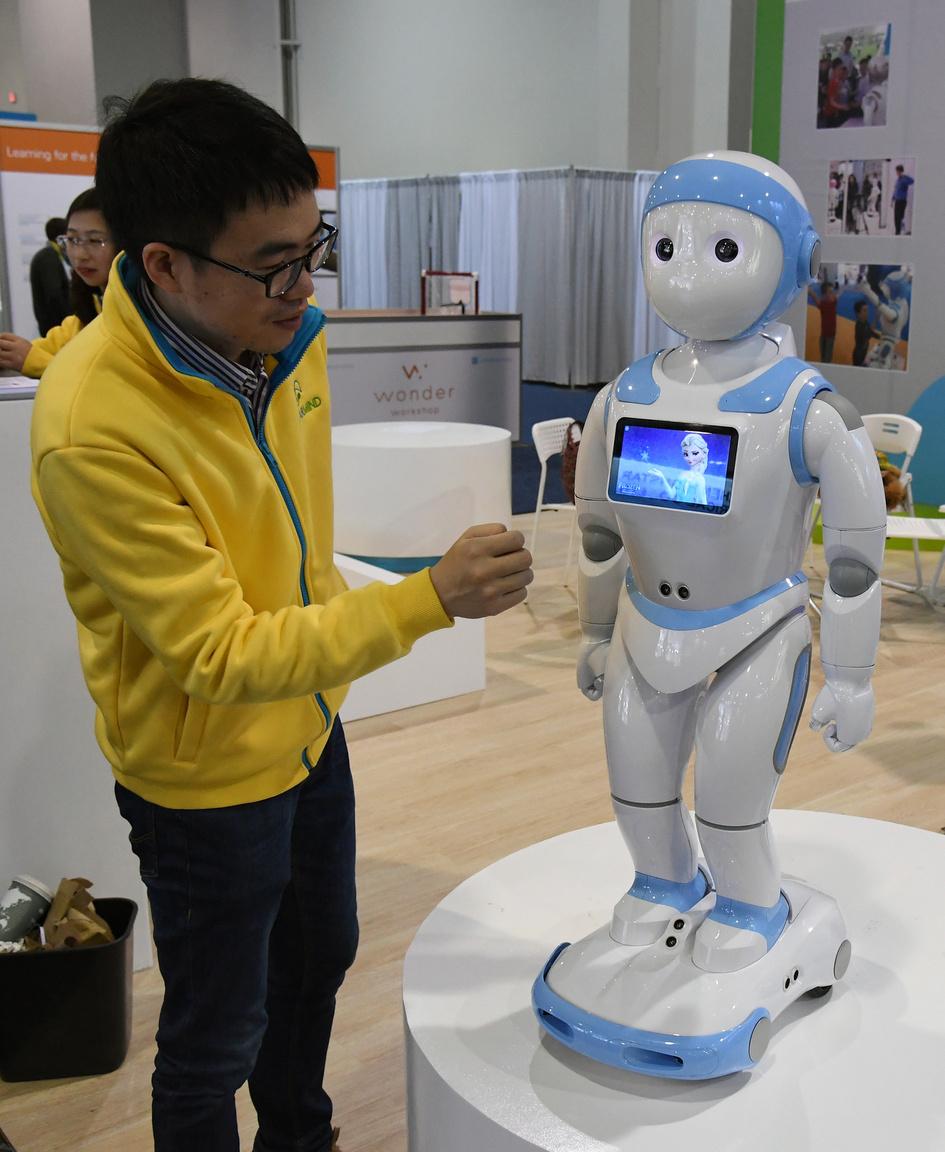 Az AvatarMind iPal humanoid is afféle szobalány, társalkodótárs, bébiszitter egyben, attól függően, hogy idősek vagy gyerekek szolgálatába állítják. Tud mesét mondani, énekelni, zenélni, ismer játékokat, a beépített 25 motornak köszönhetően rengetegféle mozgásra, mozdulatra képes. Távirányítható is, a szülők rajta keresztül felügyelhetik gyermekeiket távollétükben, vagy videócseten beszélgethetnek is.