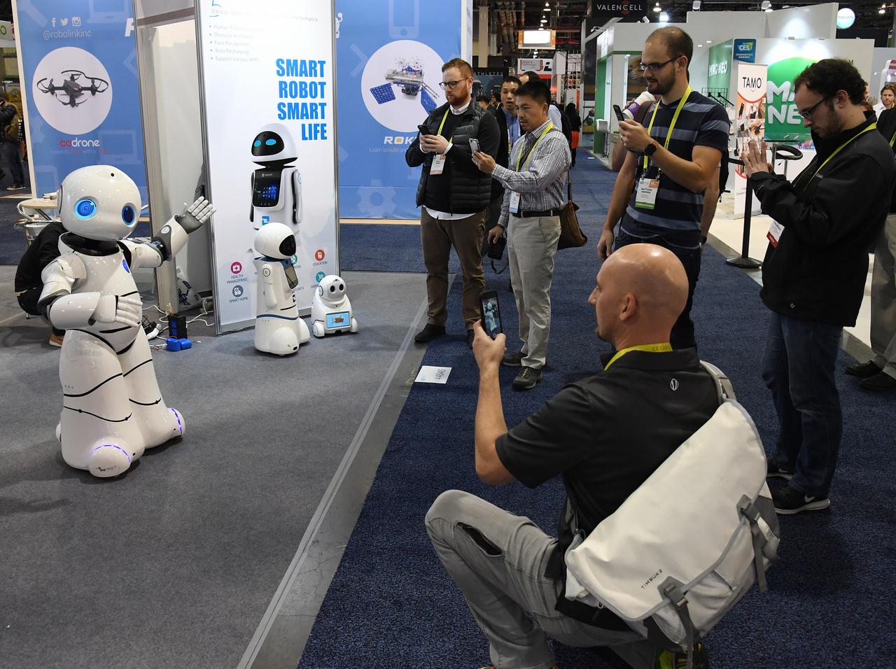 A Tanscorp UU robot tánccal hívja fel magára a figyelmet.
