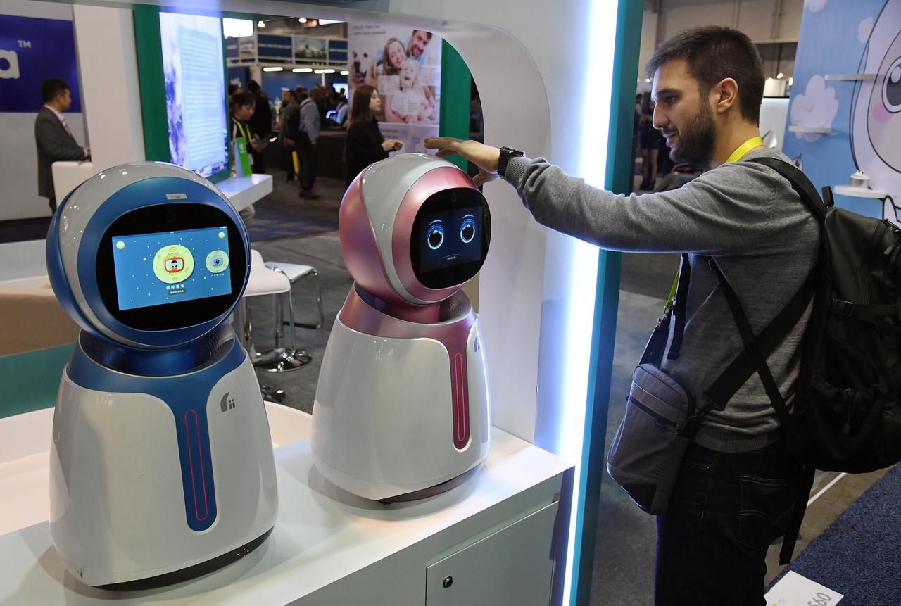 A Kikoo robotokat gyerekek számára fejlesztette a Hanwuji Intelligence. A 600 dolláros bébiszitter robotok arcfelismerő szoftverrel, életkorhoz igazított interaktív tartalommal, kommunikációs képességekkel rendelkeznek, a gyártó szerint a szülők rájuk bízhatják gyermekeiket, míg dolgoznak.