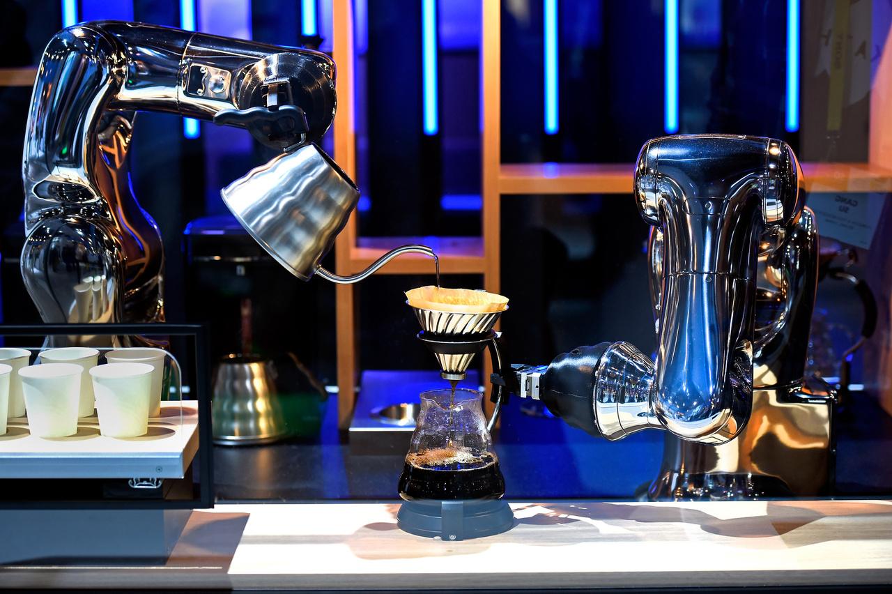 A Denso VS-S2 robotkarjai kávét készítenek.