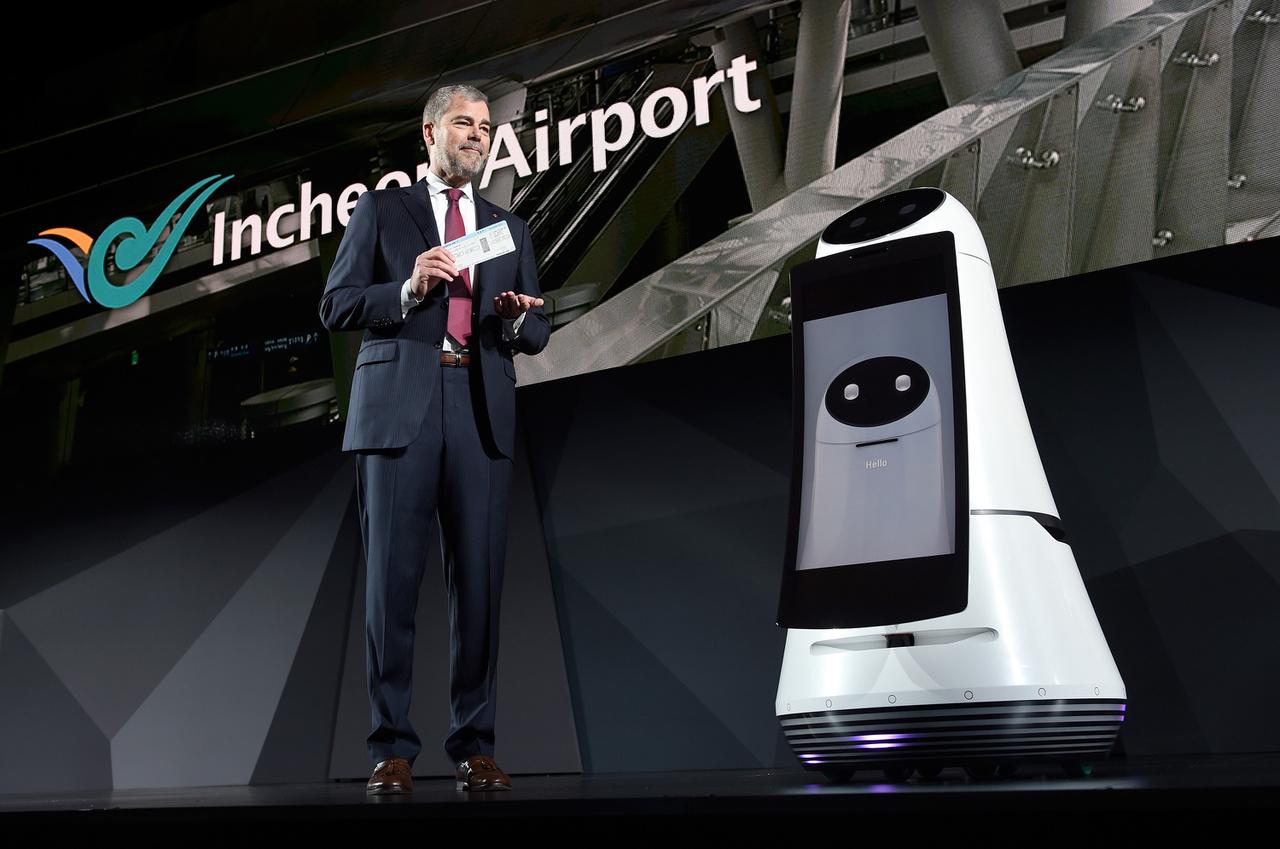 David VanderWaal, az LG Electronics USA elnökhelyettese bemutatta a cég reptéri idegenvezetőjét (Airport Guide Robot).