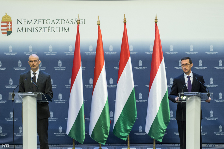 Varga Mihály nemzetgazdasági miniszter (j) és Banai Péter Benő államháztartásért felelős államtitkár (b) a 2016. évi államháztartási folyamatokat értékelő sajtótájékoztatón