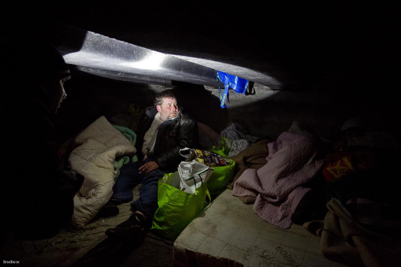 Mikor a bejelentés egy Rákos-patak menti híd lábához küldi őket, négy hajléktalan embert (három férfit és egy nőt) találnak. Péntek este már elviselhetetlen a hideg, és bár a híd védi őket, nagy veszélyben vannak. Hívják őket szállóra, és egy kivételével jönnének is - kiderül, hogy az egyik férfit kitiltották arról a helyről. Bár minden perc számít, de sikerül meggyőzniük, hogy ilyenkor amnesztia uralkodik, és mindenkit fogadnak a menedékházak. Mind a négy embert sikerül bezsúfolni a buszba, és már mennek is a Vajdába, csak hogy utána kezdődjön az egész elölről.