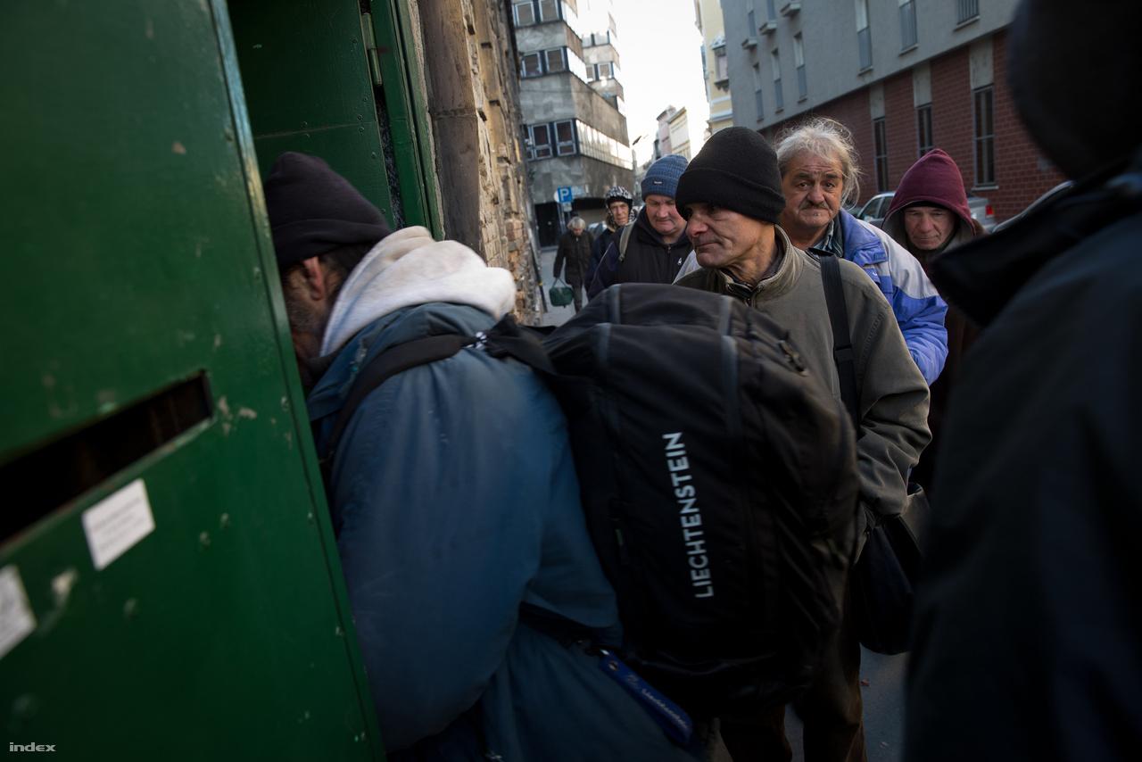 A szállón a hajléktalanok csak reggel 8-ig maradhatnak, ünnepnapokon ebben is kicsit megengedőbbek. A közelben van nappali melegedő is, a hidegben hosszú sor várja a műszakkezdést.
