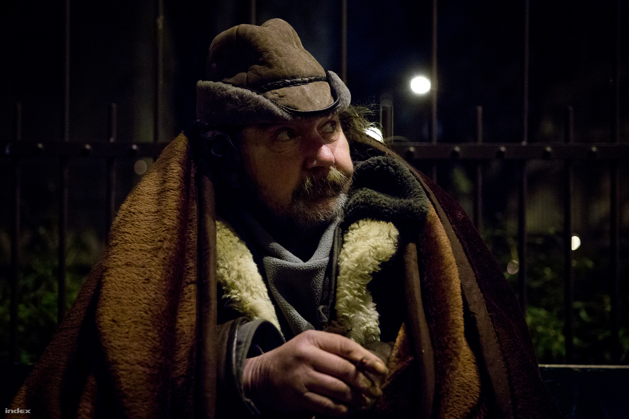 Az említett Imre is régi kliens, aki csütörtök este sok réteg takaróba csavarva ül egy utcai padon. Arra vár, hogy a sarkon bezárjon a bolt, és be tudjon húzódni a szellőzőrács elé. Hiába győzködjük, hogy az év leghidegebb napjai jönnek, nem hajlandó éjszakára hajléktalanszállóra jönni velünk. Rágyújt egy szivarkára, és a mellette parkoló bevásárlókocsira mutat. Körülötte rengeteg zacskó és táska, takarók, száraz zsömle, egy új hálózsák. A felhalmozott holmik biztonságot nyújtanak, mint egy teli kamra, vagy egy váltás nadrág, ha esne a hó. Nem jön be, nem kér se takarót, se teát, se kenyeret. Feladjuk, visszaülünk az autóba, és megyünk tovább.                         Ha nem a szokásos helyszínekre járnak, akkor az alapítványosok bejelentésre dolgoznak. Itt jön a képbe Ön! Mentse el ezt a számot: +36-1-338-4186. Ez a Menhely Alapítvány Diszpécser szolgálata, akiket bármikor hívhat, ha kihűlés veszélyeztetett embert lát az utcán. Mielőtt telefonál, kérdezze meg az illetőt, van-e szüksége segítségre, és ha igen, mire, bemenne-e szállóra. Ha ellenkezik, mondja el neki, hogy a szállók ilyenkor sokkal megengedőbbek - feloldják az alkoholtilalmat, senkit nem utasítanak vissza. Lehet, hogy csak extra székeken és matracokon, de az év legkegyetlenebb téli estéin mindenkit befogadnak.