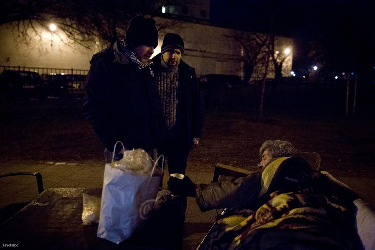 A Krízisautó a különösen kiszolgáltatott hajléktalanok mentsvára, normálisan ugyanis nehezebb egy mozgássérült vagy egy alkoholbeteg embert szállítani, és nagyobb csoportok, párok, családok számára is bonyolult helyet találni.