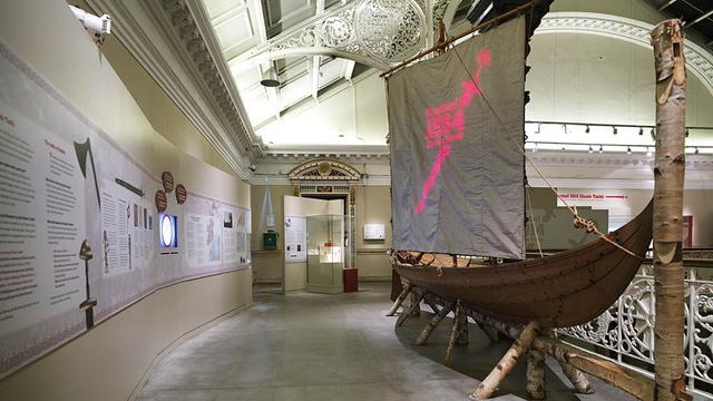 Az 1014-es clontarfi csata emlékére a nemzeti múzeumuk történeti gyűjteményében: elverték a vikingeket